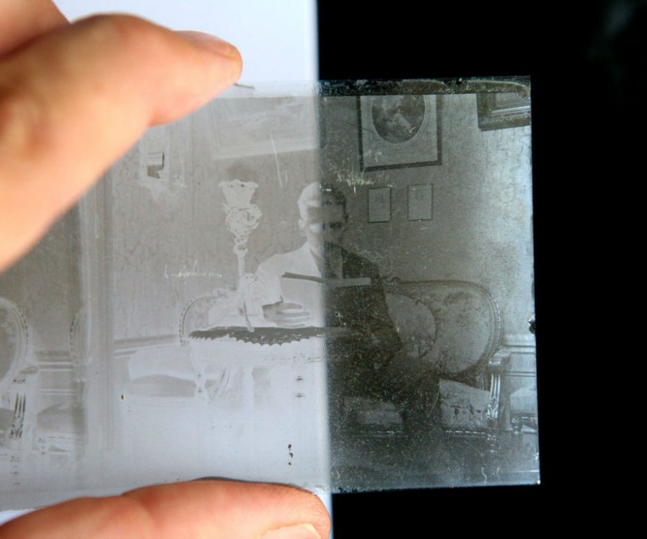 A glass negative from the wet collodion process | ©Roi Boshi CC BY-SA 4.0-3.0-2.5-2.0-1.0